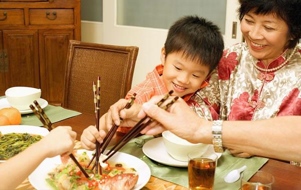 小孩学用筷子